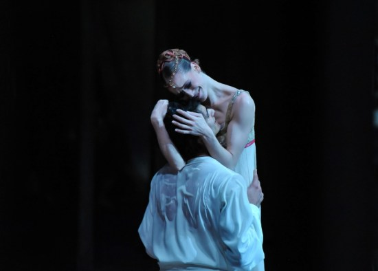 Balcony pas de deux: Alicia Amatriain as Juliet, Constantine Allen as Romeo
