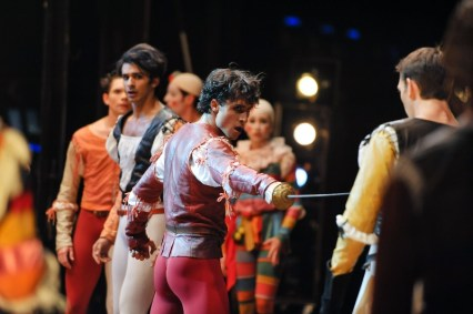Pablo von Sternenfels as Mercutio, Robert Robinson as Tybalt, in the back: Constantine Allen as Romeo and Louis Stiens as Benvolio