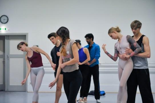 Choreographer Katarzyna Kozielska is creating her new piece Dark Glow with our dancers: Alicia Amatriain, Fabio Adorisio, Flemming Puthenpurayil, Veronica Verterich, Adrian Oldenburger