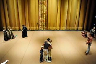 Kurz vor Beginn der Premiere, hinter dem Vorhang: Friedemann Vogel als Romeo, Alicia Amatriain als Julia