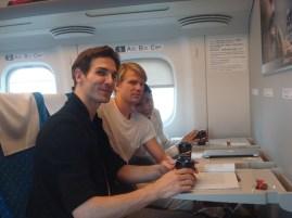 """Japan-Gastspiel, """"Schwanensee"""": Zugfahrt (Shinkansen) von Tokyo nach Osaka (Sue Jin Kang, Marijn Rademaker, Evan McKie), Foto: Stuttgarter Ballett"""