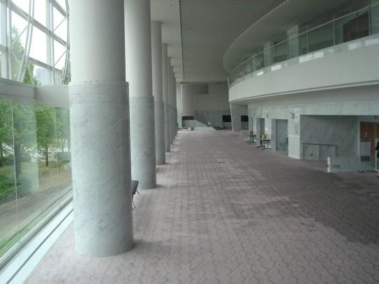 """Japan-Gastspiel, """"Schwanensee"""": Sonntag im Foyer der Biwako Hall, Otsu, Foto: Stuttgarter Ballett"""