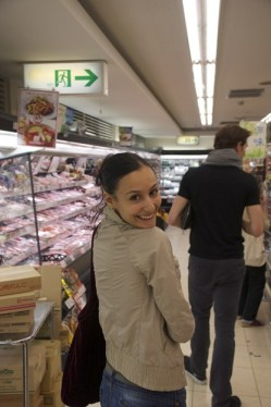 Japan Gastspiel, Supermarkt-Shopping (Myriam Simon), Foto: Stuttgarter Ballett