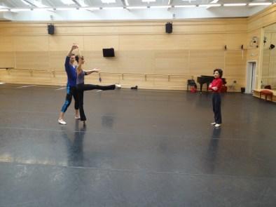 Georgettes Tsinguirides, Myriam Simon und Evan McKie im Ballettsaal: Man beachte die Schräge von 5%!