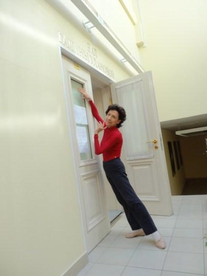 Georgette Tsingurides vor der Tür des Ballettsaals