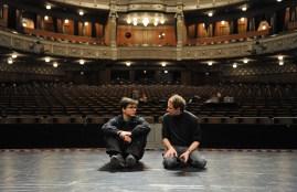Demis Volpi und Ekkehard Kleine (Inspizient) auf der Bühne des Opernhauses