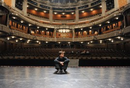 Demis Volpi auf der Bühne des Opernhauses