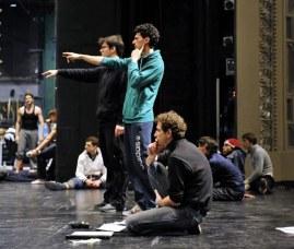 Bei einer Bühnenprobe: Inspizient Ekkehard Kleine, Ballettmeister Damiano Pettenella und Demis Volpi
