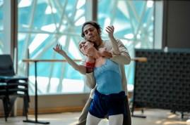 Anna Osadcenko probt für ihr Debüt als Tatjana mit Jason Reilly als Onegin