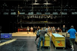 Bühnentechniker Robert Späth mit Kollegen aus Stuttgart und vom Esplanade Theatre beim Einladen des Onegin-Bühnenbilds