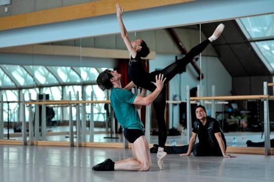 Miriam Kacerova und Alexander Jones bei einer Probe mit Tamas Detrich