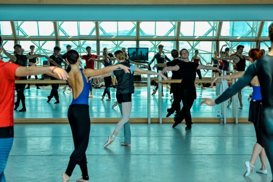 Krzysztof Nowogrodzki gibt Training im Ballettsaal des Esplanade Theater