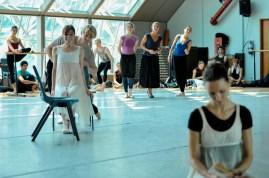 Elisa Badenes als Olga, Marijn Rademaker als Lenski, Elisabeth Wisenberg, Angelika Bulfinsky und Katarzyna Kozielska mit Miiriam Kacerova bei einer Probe für den ersten Akt