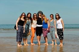 Da Muscat direkt am Meer liegt, gehörte ein Strandbesuch natürlich zum Pflichtprogramm: Aiara Iturrioz Rico, Alicia Torronteras, Miriam Kacerova, Roger Cuadrado, Daniela Lanzetti, Elizabeth Wisenberg, Julia Bergua Orero