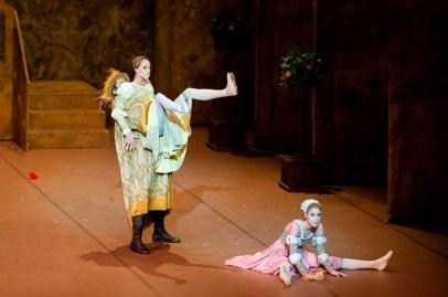 Zweite Vorstellung am Samstagabend: Anna Osadcenko (Katharina), Elisa Badenes (Bianca) und Nikolai Godunov (Baptista).
