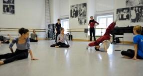 Sidi Larbi Cherkaoui mit den Tänzern: Miriam Kacerova, Jason Reilly, Elisa Badenes, Anna Osadcenko und Acacia Schachte (v.l.n.r.)