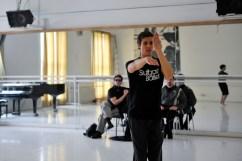 Roland Havlica bei der Probe zu Le Chant du Rossignol, in Hintergrund: Marco Goecke und Rolando D'Alesio