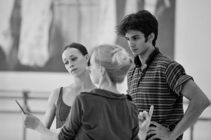 Anna Osadcenko und Constantine Allen bei der Probe mit Ballettmeisterin Andria Hall