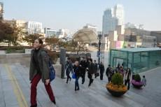 Die Tänzer auf dem Weg zum Training: Wir dürfen die Ballettsäle des Koreanischen Nationalballetts nutzen.