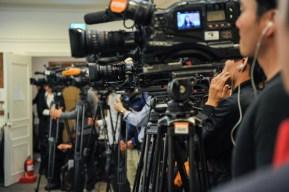 Fernsehkameras bei der Pressekonferenz.