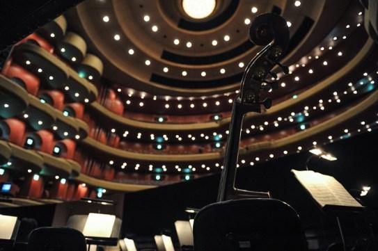 Blick vom Orchestergraben in den Zuschauerraum.