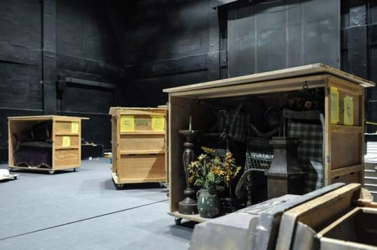 Nach der Vorstellung ging es gleich ans einladen … Hier eine Kiste mit Requisiten aus Onegin.