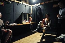 Constantine Allen bereitet sich in der Schnellumzug-Garderobe für den dritten Akt vor, mit Louis Stiens und Garderobenmeister Alain Balloy