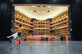 Miriam Kacerova und Constantine Allen proben Romeo und Julia auf der Bühne des Tokyo Bunka Kaikan