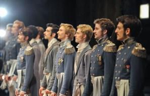 Die Herren des Corps de ballet bei der Verbeugung