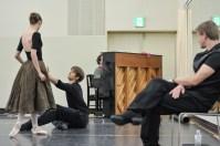 Onegin-Probe im Ballettsaal: Elisa Badenes und Friedemann Vogel mit Ballettmeister Krzysztof Nowogrodzki