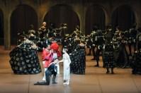 Die erste Begegnung zwischen Romeo und Julia: Miriam Kacerova als Julia, Constantine Allen als Romeo und Martí Fernandez Paixa als Paris