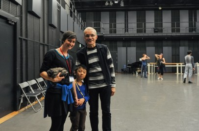 """Beim Training am letzten Tag durften wir einen kleinen Besucher begrüßen: Yuga Yamade, 6 Jahre, ist begeisterter Tänzer und durfte zum ersten Mal """"hinter die Kulissen"""" schauen ... dabei lernte er nicht nur Reid Anderson kennen ..."""