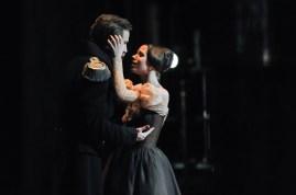 Onegin, 3. Akt: Elisa Badenes als Tatjana mit Roman Novitzky als Fürst Gremin