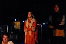 Alicia Amatriain, Hyo-Jung Kang und Robert Robinson beobachten den zweiten Akt von der Seitenbühne aus.