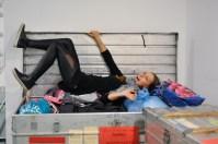 Katarzyna Kozielska versucht mit vollem Köpereinsatz ihre Trainingssachen in der Kiste unterzubringen …