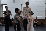 Hochzeitsszene: Alicia Amatriain als Julia und Constantine Allen als Romeo mit Cédric Rupp als Pater Lorenzo und Sonia Santiago als Amme