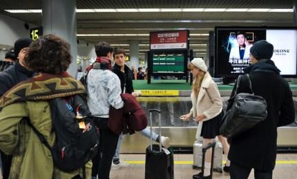Ankunft im Flughafen in Beijing: Alicia Amatriain, Roger Cuadrado, Fabio Adorisio