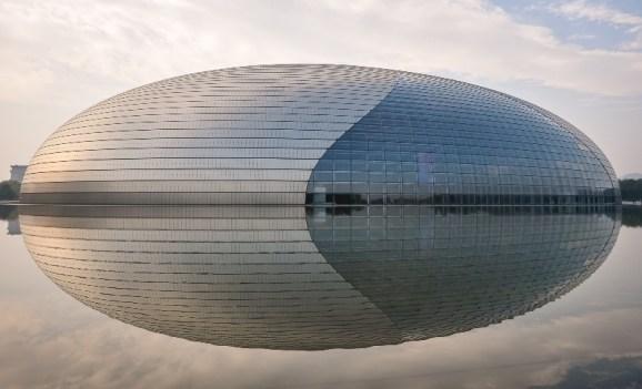 Das beeindruckende National Center fr the Performing Arts spiegelt sich im künstlich angelegten See