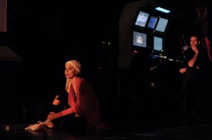 Elisa Badenes wartet hinter der Bühne auf ihren Auftritt
