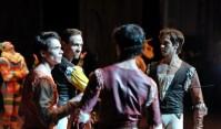Dramatik im zweiten Akt: Louis Stiens als Benvolio, Roman Novitzky als Tybalt, Pablo von Sternenfels als Mercutio und Friedemann Vogel als Romeo