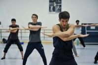 Fabio Adorisio (im Hintergrund: Adhonay Soares da Silva, Kieran Brooks) bei der Probe zu Marco Goeckes Le Spectre de la Rose