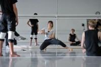 """Die Original-""""Nymphe"""" in Sidi Larbi Cherkaouis Faun, Ballettmeisterin Daisy Philips, arbeitet mit unseren Tänzern"""