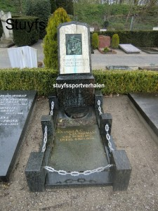Het graf van vader en zoon Ceurremans op de Haagse begraafplaats Eik en Duin. Vader Stan, gangmaker, viel in 1931 dood. Tien jaar later zijn inmiddels stayer geworden zoon Frans die 21 jaar.