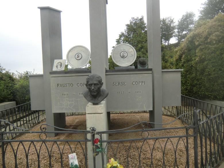 Het graf van Faoton en Serge Coppi. Serge rust rechts.