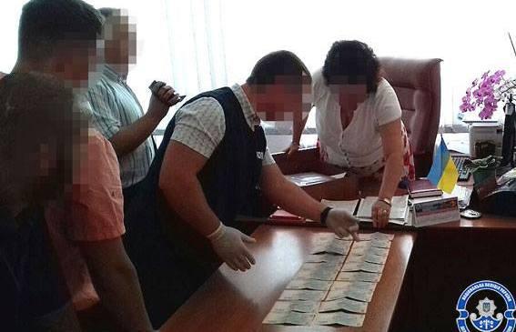 На Прикарпатті затримали начальника управління освіти на хабарі у 10 тисяч гривень