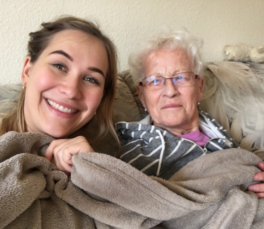 großmutter und enkelin unter einer gemeinsamen decke