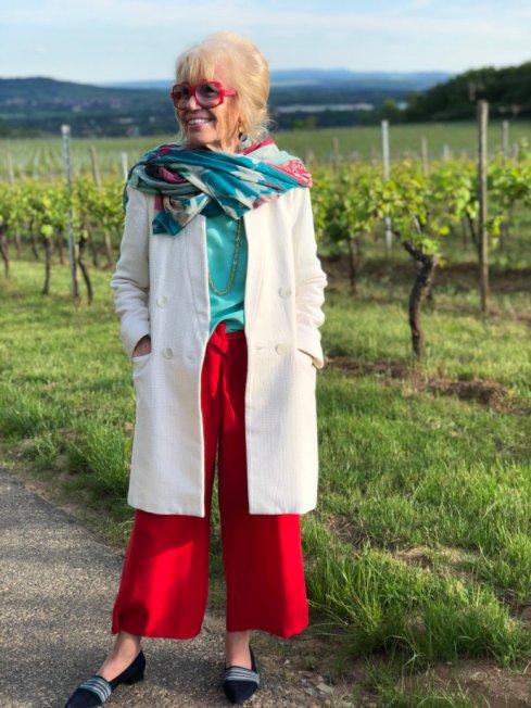 Sommerliche Mode Inspiration für Frauen ab 70 rote Hose und türkises Oberteil