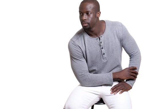 Ein Mann trägt ein Henley Shirt