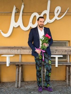 Tropen-Träger Wie Männer Blumenmuster tragen