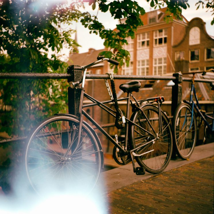 Lightleaks, Oudegracht Utrecht. Zeiss-Ikon Nettar 517/16, Lomography 400 film